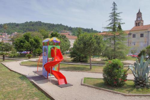 Djecji tobogqan u parku 2