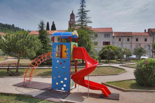 Djecji tobogqan u parku 3